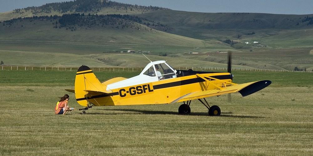 Hooking up the tow line at Cowley soaring camp. – David Thomas