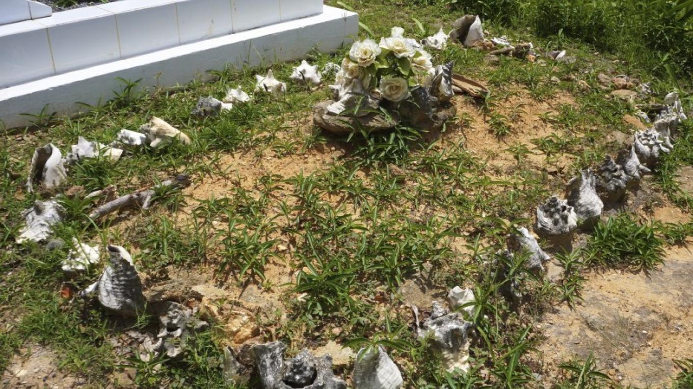 Grave site decorated with Conch shells / La tumba decorada con las conchas – Carey Satin