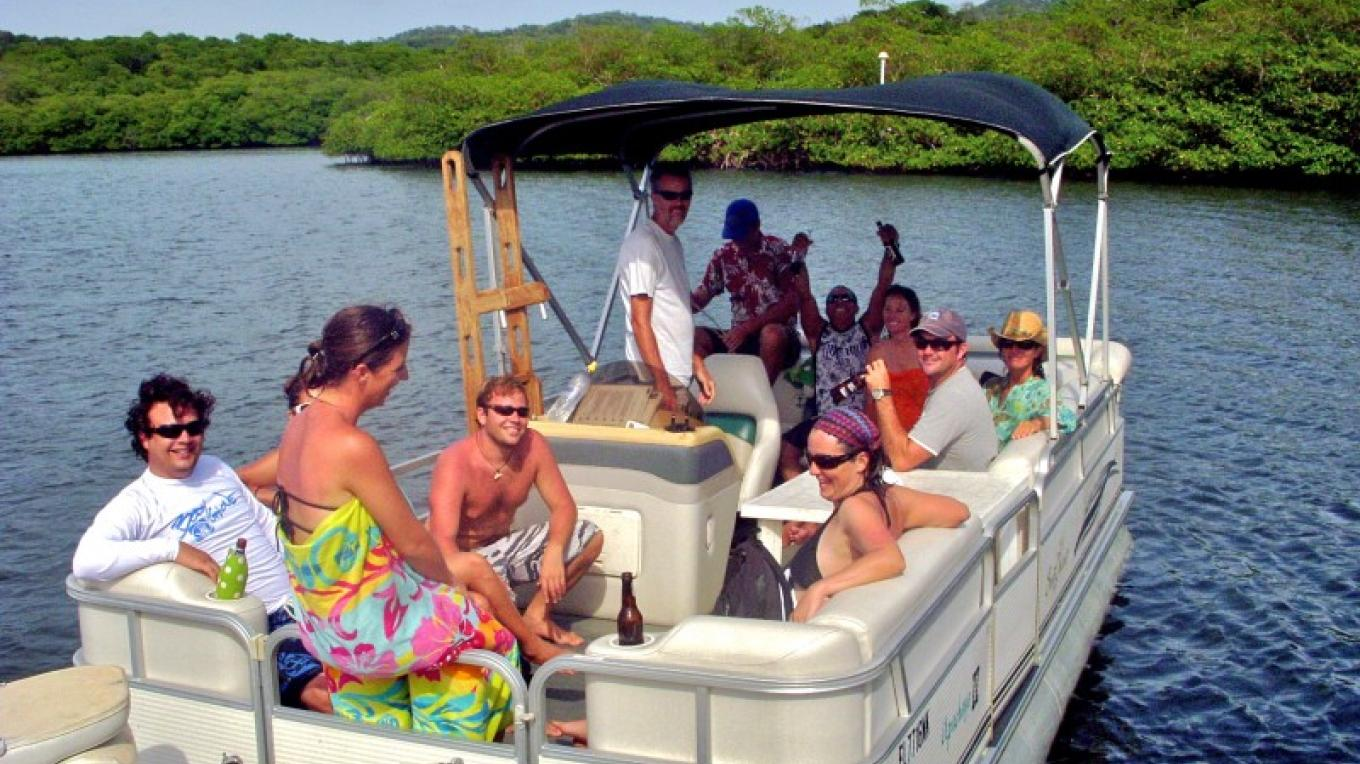 A happy group headed out on the pontoon for some Upachaya snorkeling / Grupo marchando en barco para hacer snorkel en Upachaya – Upachaya