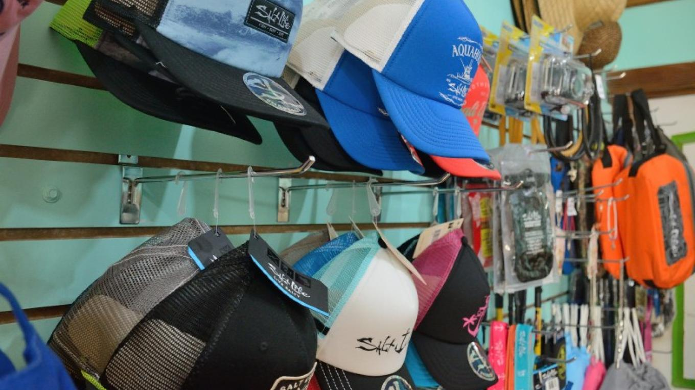 The ECO Store sells beachwear from the Salt Life brand, a company that shares the same respect for the ocean / El RMP vende ropa de playa de la marca Salt Life, una empresa que comparte la misma pasión por el océano – Manlio Martínez