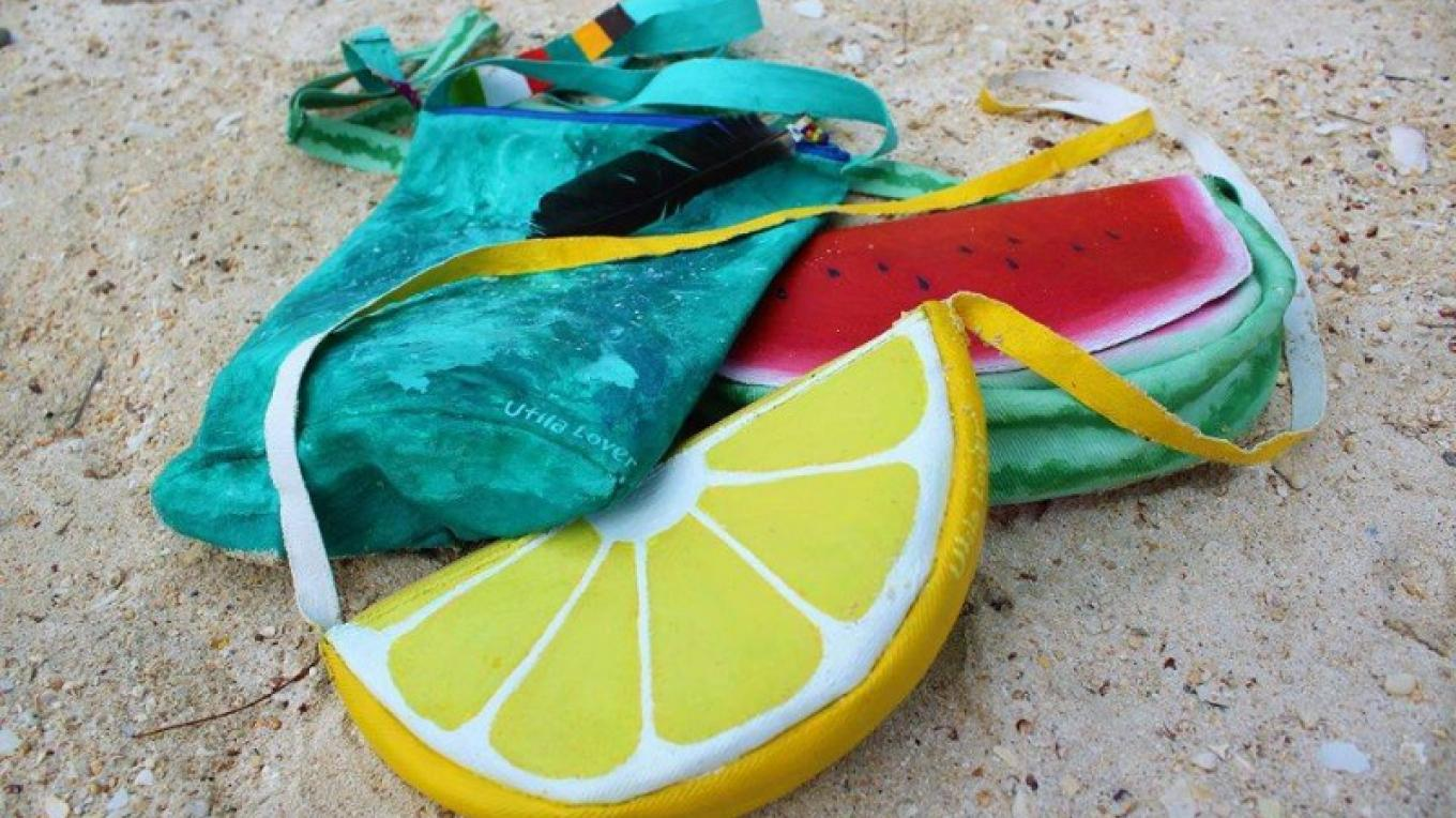 Tropical purses made out of repurposed jeans / Carteras tropicales hechas de denim – John Bodden