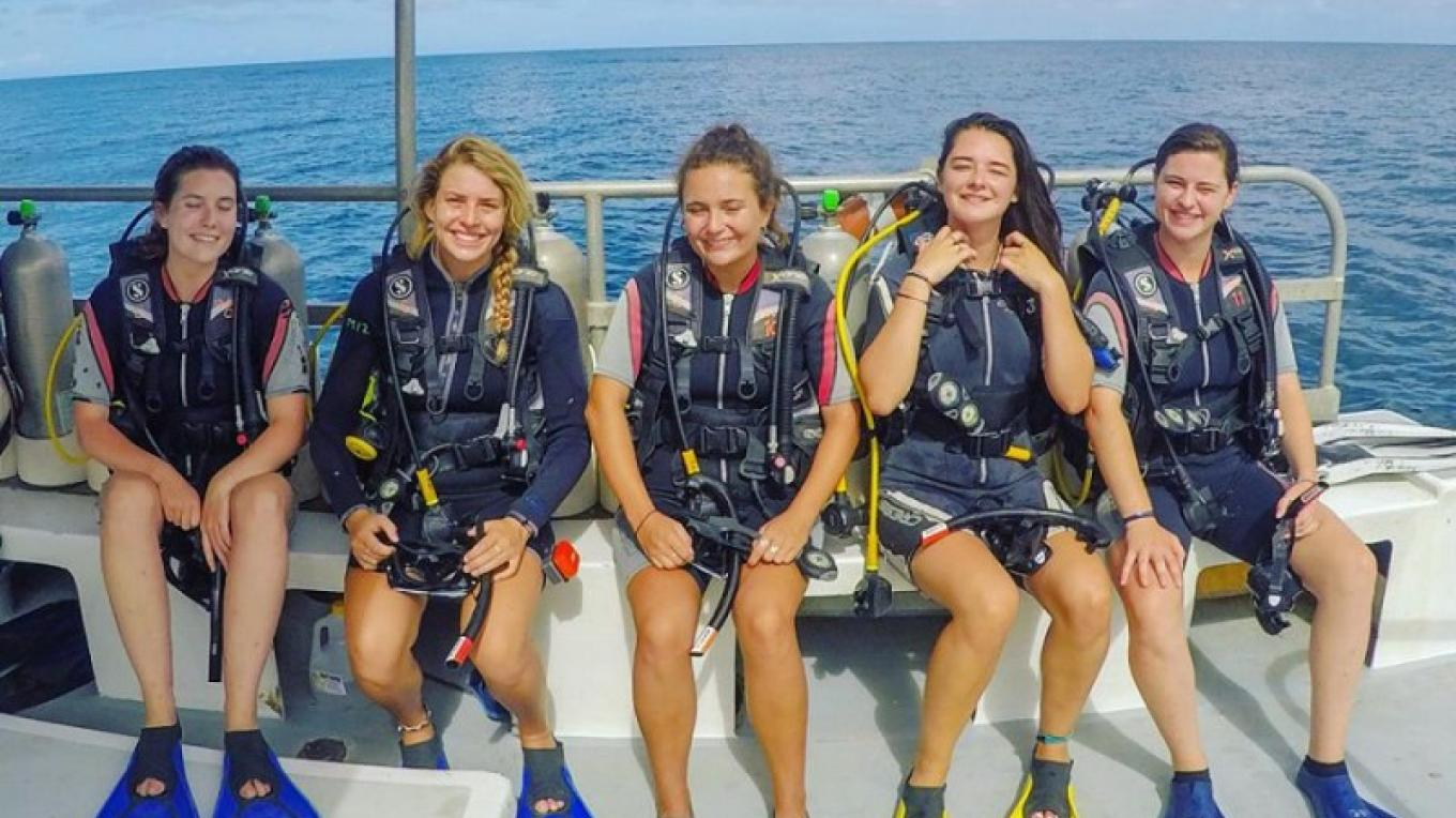All smiles while you are diving with Utila Water Sports / Tendrás solo sonrisas mientras buceas con Utila Water Sports – Utila Water Sports