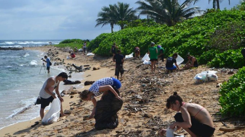 Volunteers helping to clean Pumpkin Hill beach on Utila, Bay Islands, Honduras. – Utila Beach Cleanup