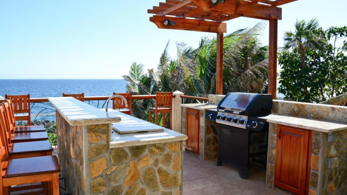 Casa Cascada outside kitchen with gas grill and bar fridge. – Ruth Healey-Elmore