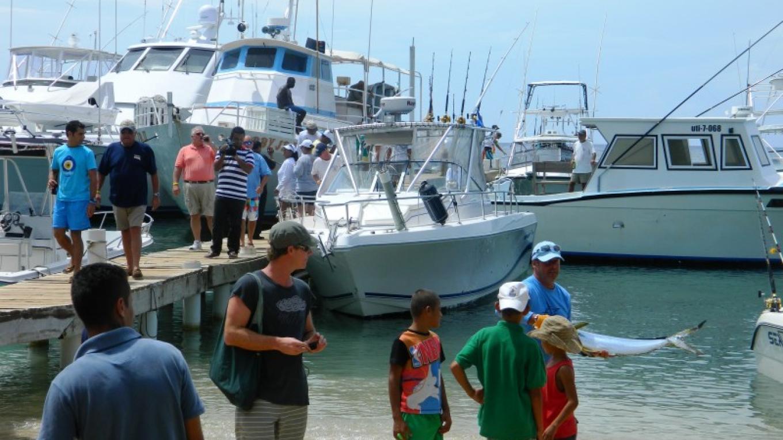 Boats coming in from 1st day of fishing / El final de la día primera