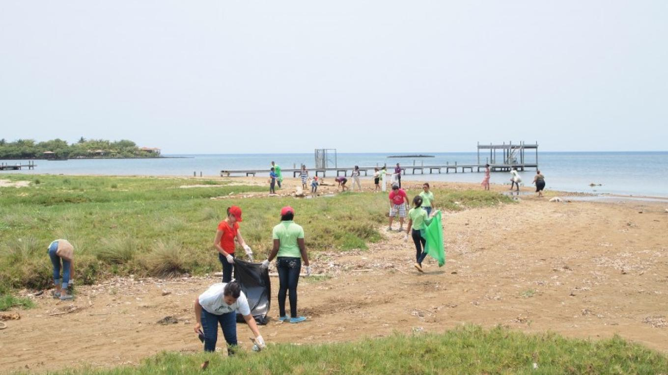 Bay Islands Coastal Clean-up making its presence felt in Sandy Bay. – Manlio Martinez