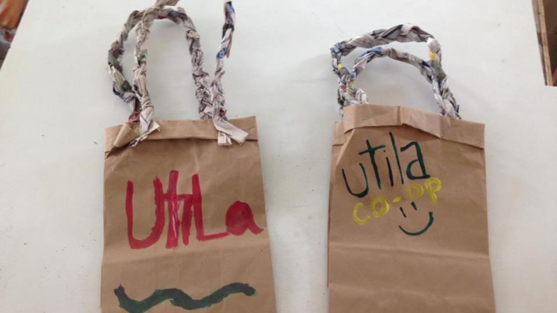 We do not use plastic bags, only customized paper bags! / No utilizamos bolsas plásticas, solo de papel y personalizadas! – Utila Handmade Co-op
