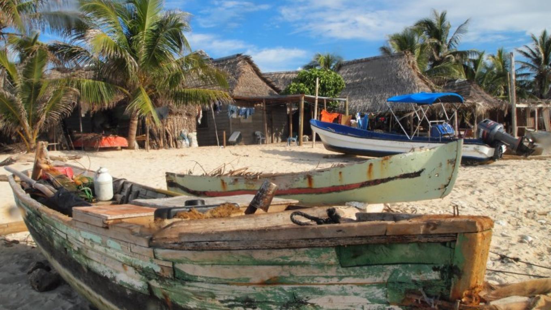 One of Cayos Cochinos' inhabited cays known as the fishing community of Chachahuate / Uno de los cayos habitados de Cayos Cochinos, conocido como la comunidad pesquera de Chachahuate – Manlio Martinez