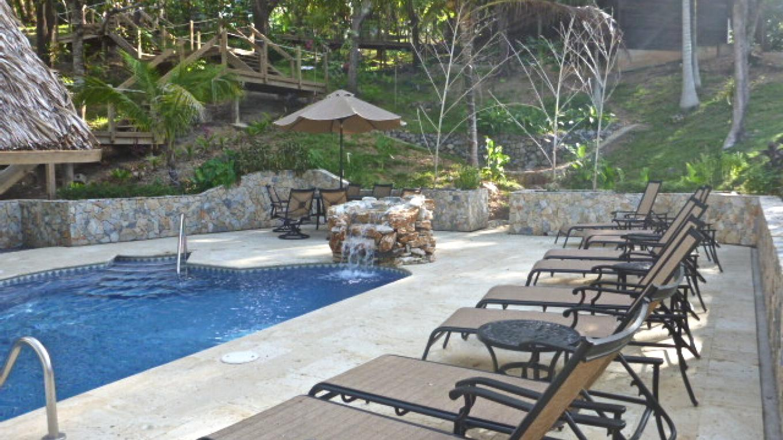 From the gardens looking down into the pool area / Vista desde el jardín del área de la piscina – Upachaya