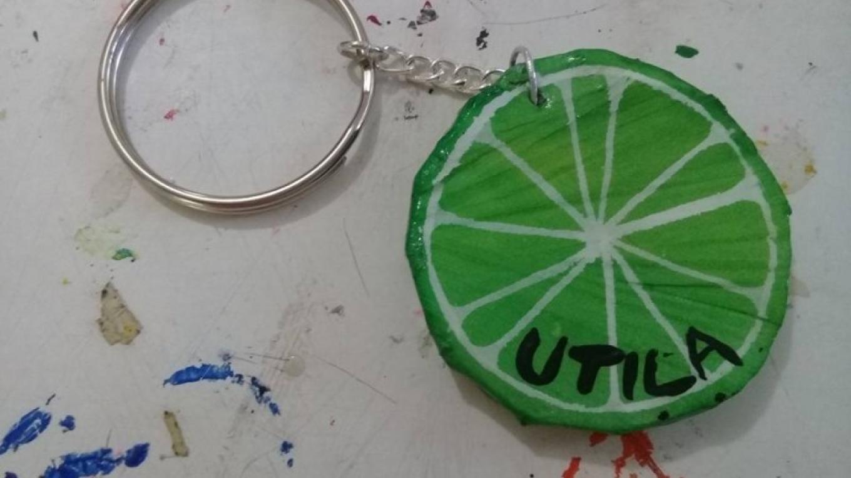 Lime Keychain made from a recycled flip flop / Llavero de limón hecho de una sandalia de plástico reciclado – Utila Handmade Co-op