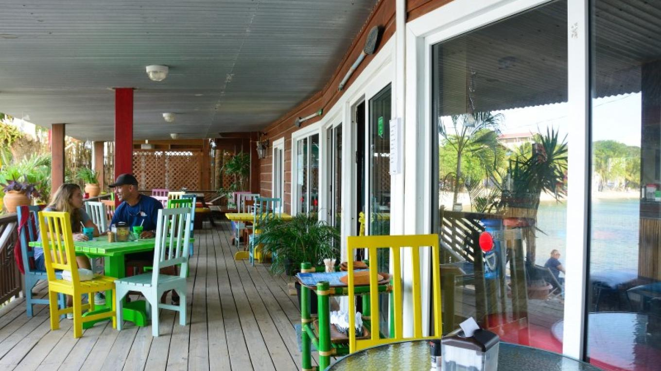 Our deck is covered and comfortable for lunch and dinner dinning. – Manlio Martínez
