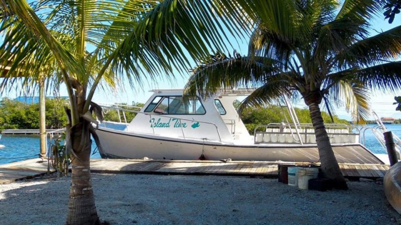 Island Time, one of our boats. / Island Time, una de nuestras embarcaciones. – Utila Water Sports