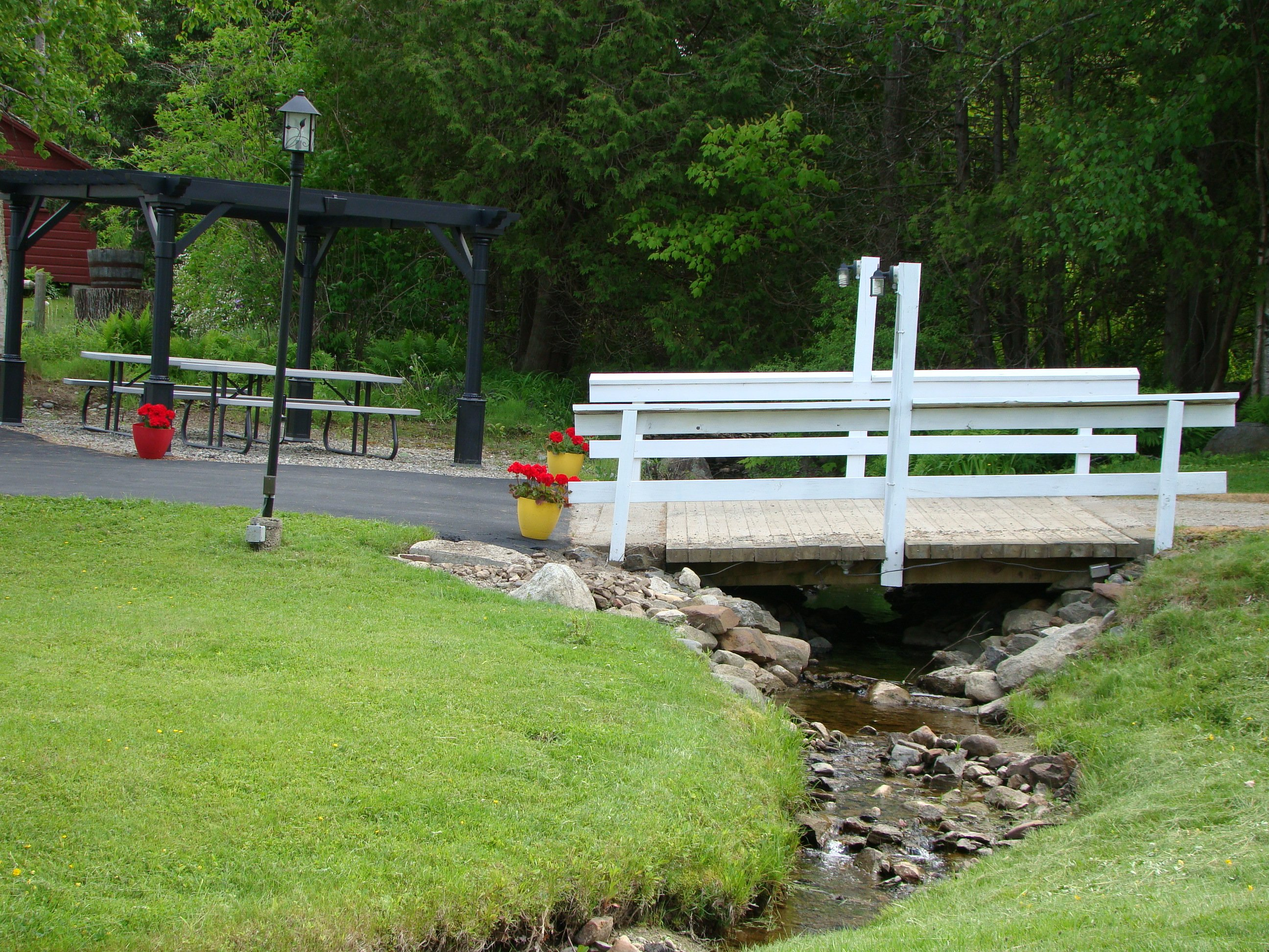 Park-like setting for cottages and motel - picnic area with BBQ
