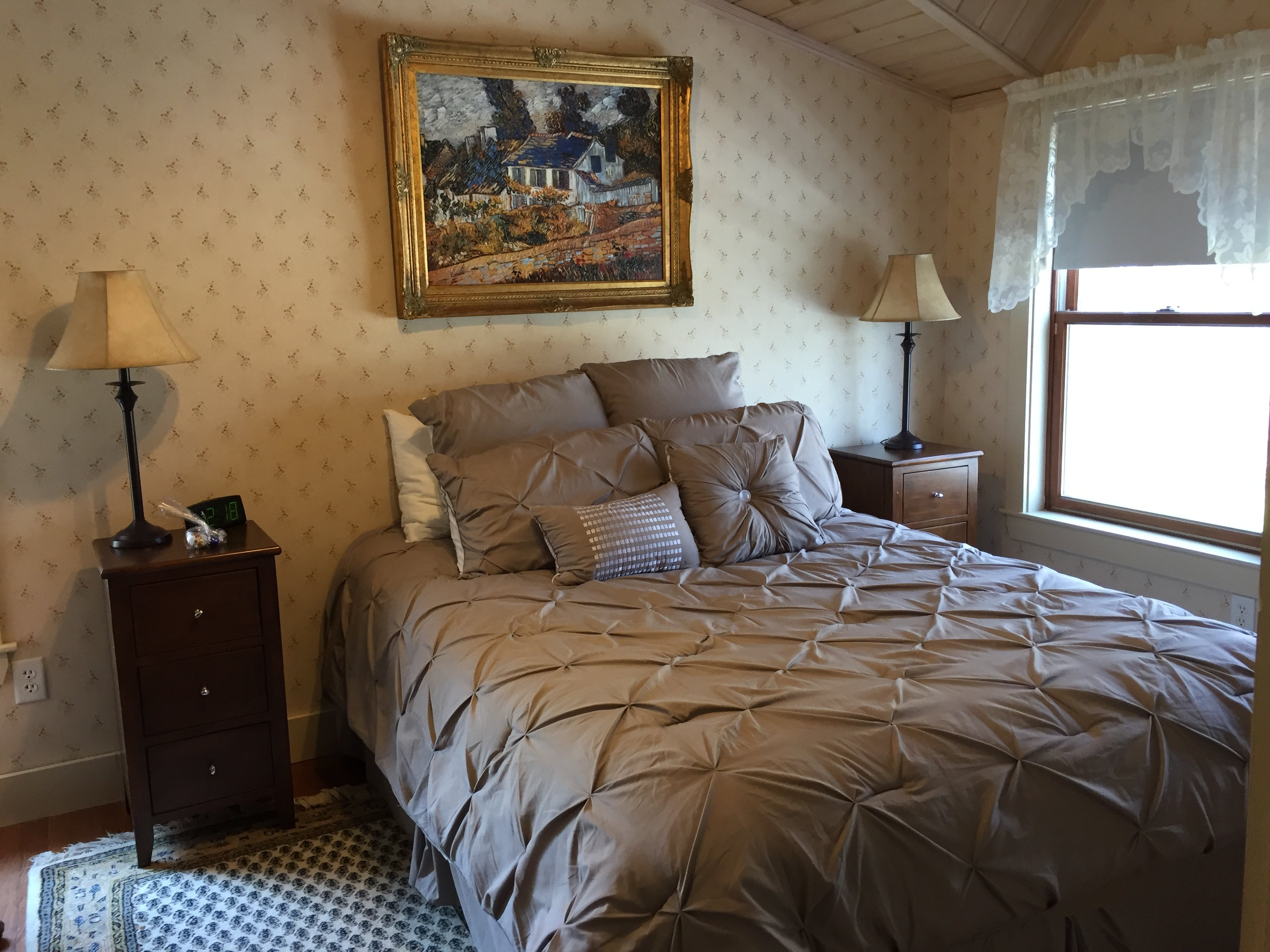Room 5 - Queen bed / private bath