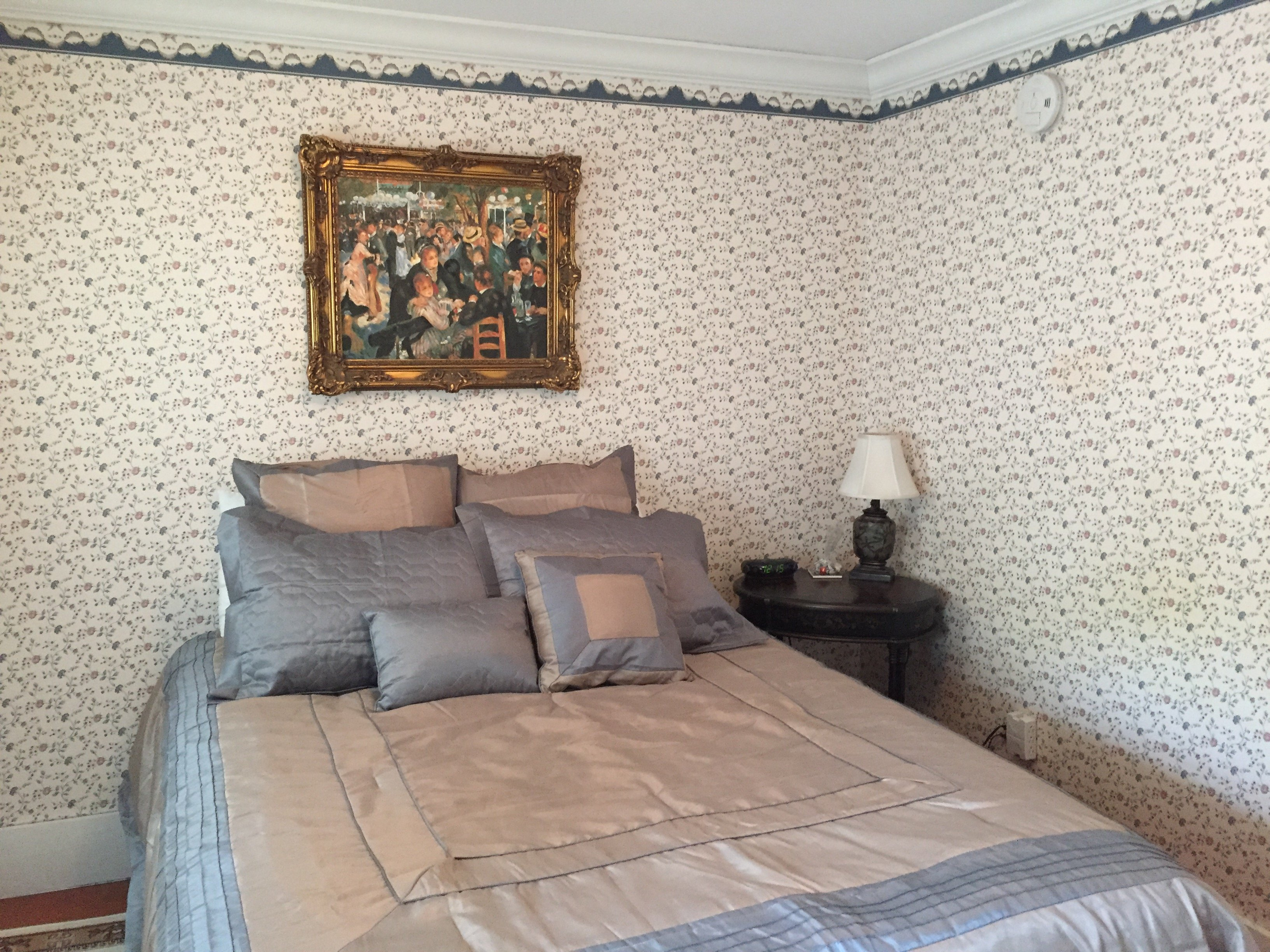 Room 4 - Queen bed / shared bath