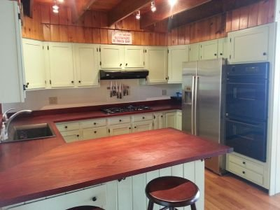 First Light Cottage - Large kitchen w/double ovens, gas stovetop, dishwasher, breakfast bar.