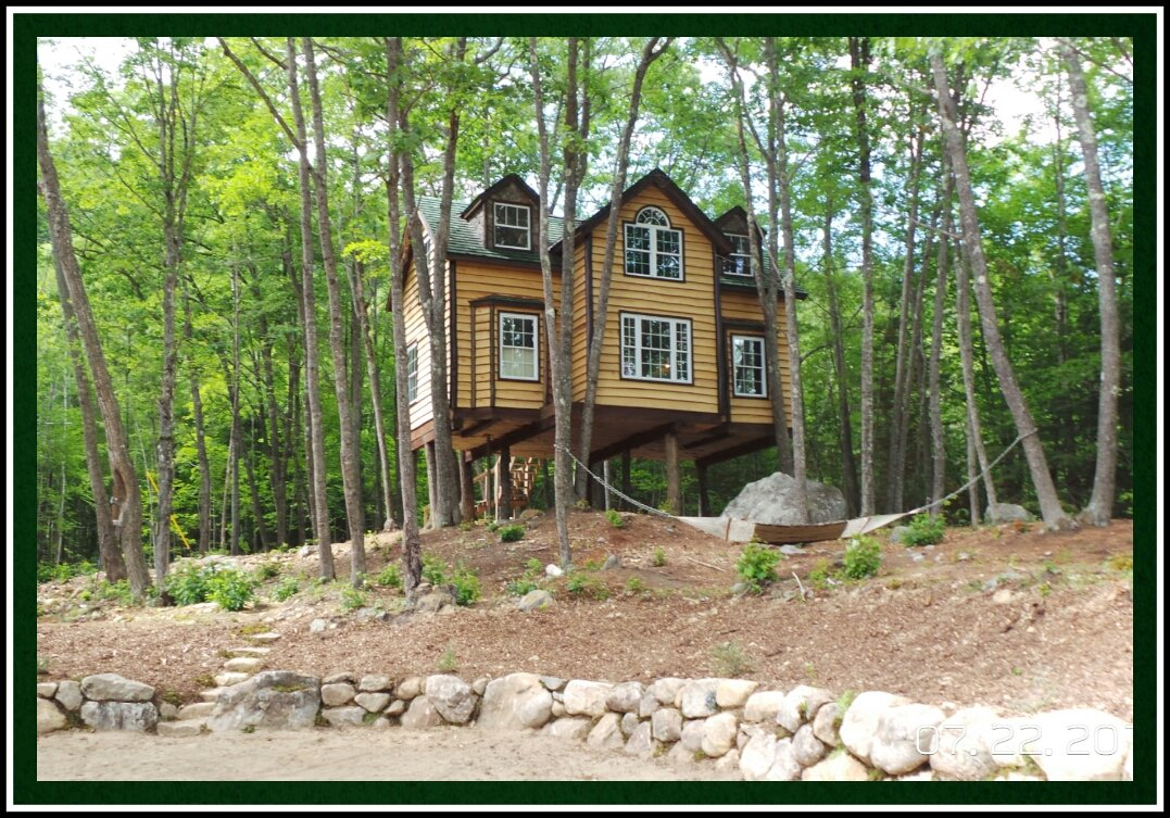 The Grand Oak Treehouse, sleeps 8, has a full kitchen. 2 full baths (master with Jacuzzi tub) and has all the amenities including Wifi.