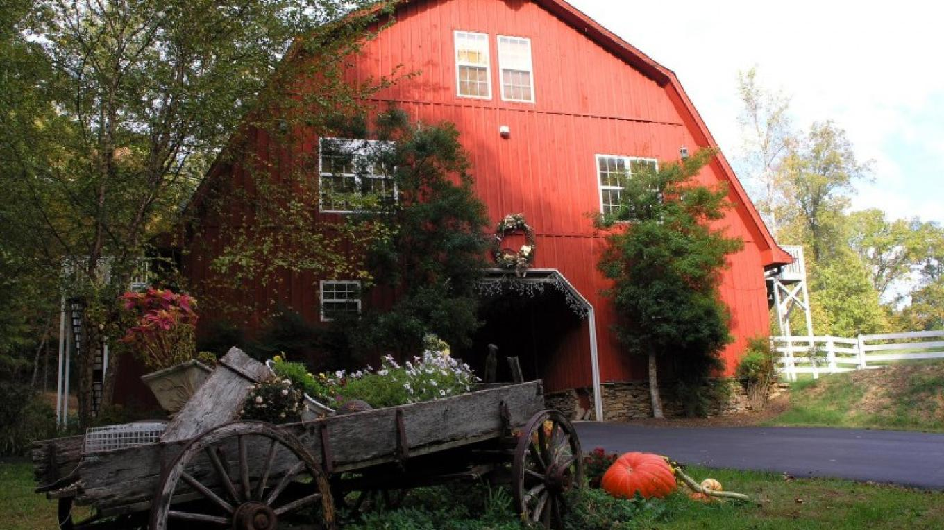 Entrance Barn - enjoy driving through our entrance barn, leaving the world behind and embracing the peace and serenity of Whitestone.  There are four rooms located in this building.
