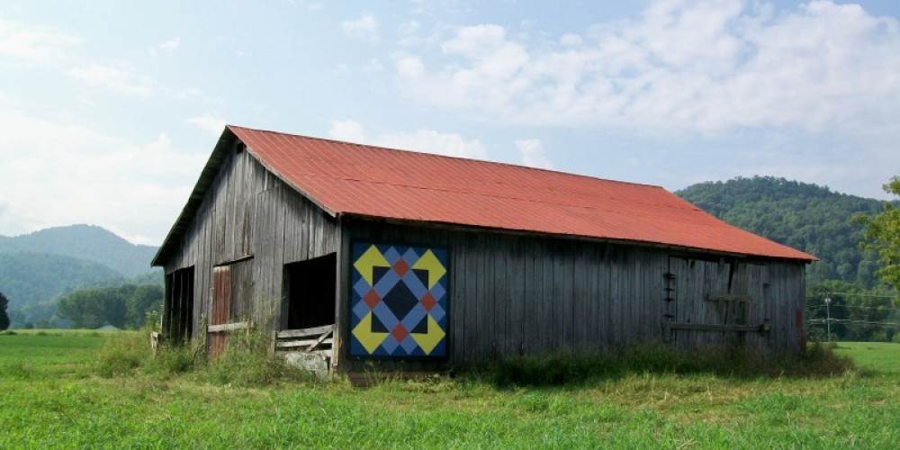 Barn at Townsend Visitors Center with Appalachian Quilt trail block – Townsend Visitors Center