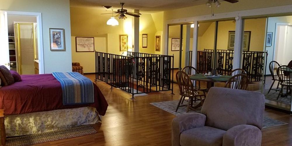 The Paris Suite, upstairs studio for 4-5. – Home Sweet Home B & B