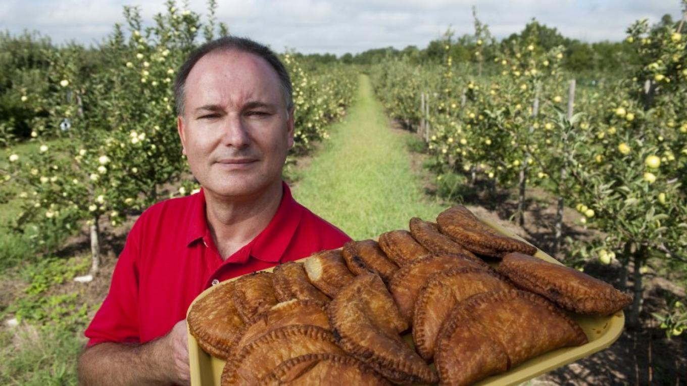 Owner Chuck McSpadden displays a freshly baked tray of fried pies. – Tennessee State Photography