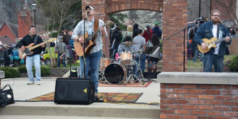 Live music in downtown Erin. – Clarksville Now - Lee Erwin