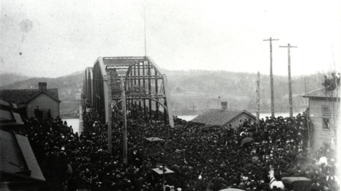Crowds assemble during the opening of the Walnut Street Bridge in Chattanooga, Tenn., circa 1891. – Courtesy The Parks Foundation