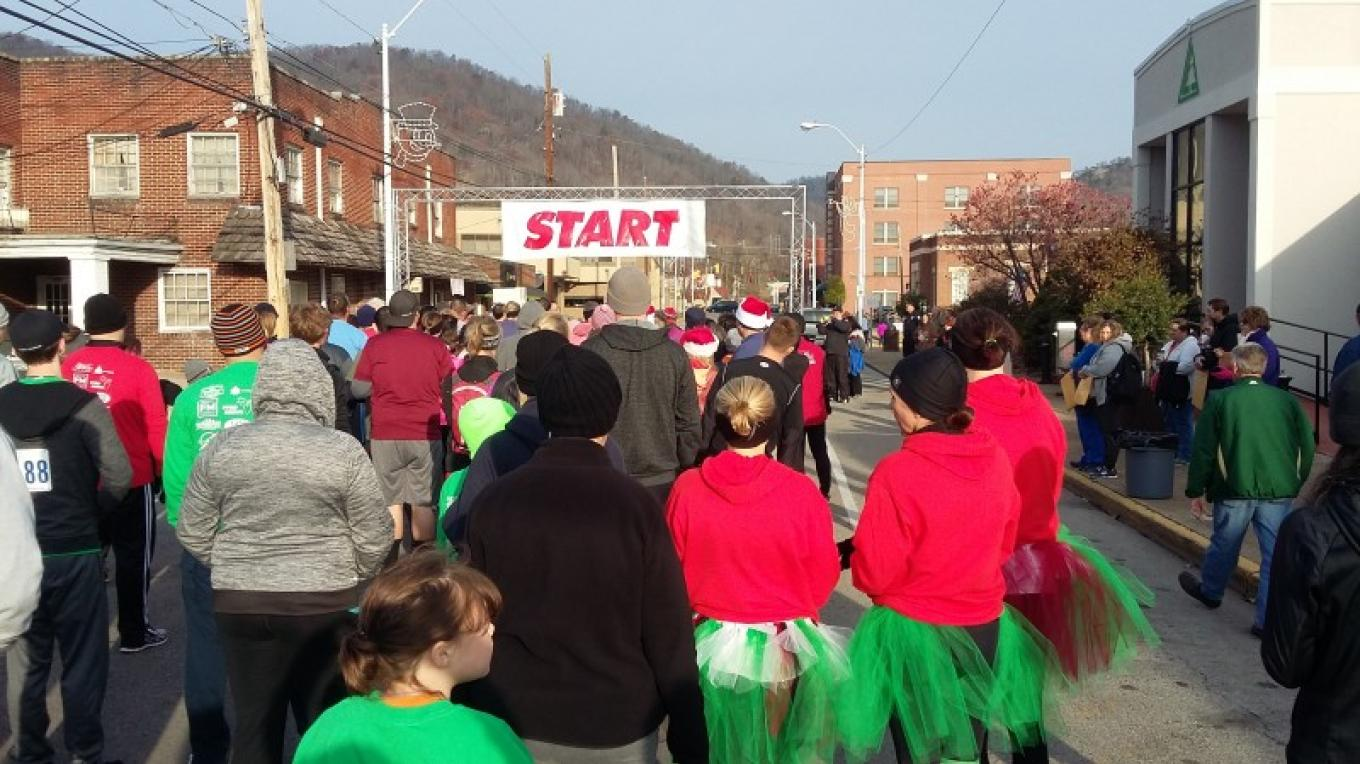 Runners and walkers dressed in holiday gear and ready to race!