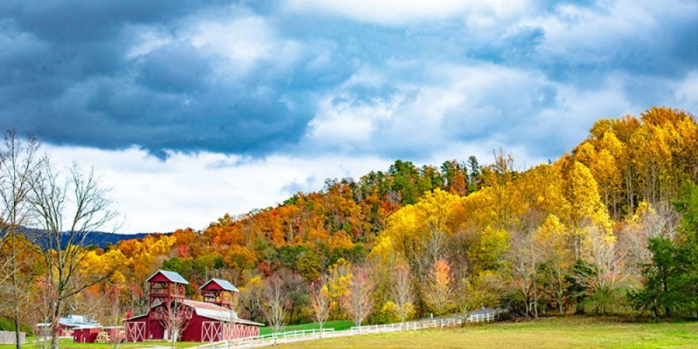 A nice view of a barn in Wears Valley – Pioneer Vacation Rentals