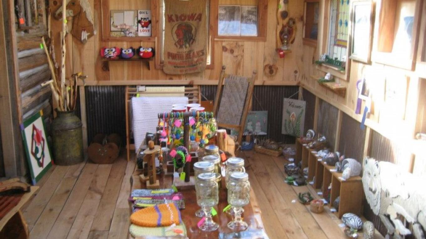 Cabinfever gallery is housed in a quaint cabin built by owner Jim Munson. – Cabinfever Arts, Crafts and Museum