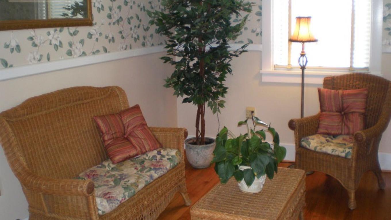 Upstairs sitting area in foyer. – Radonna Parrish
