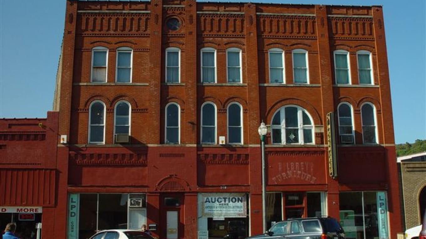 Peterman Building, on NRHS and home to Yonder Hollow Productions live Bluegrass music shows – Roane County Visitors Bureau